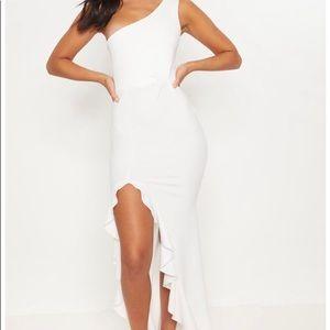 Beautiful white one shoulder dress 🤍